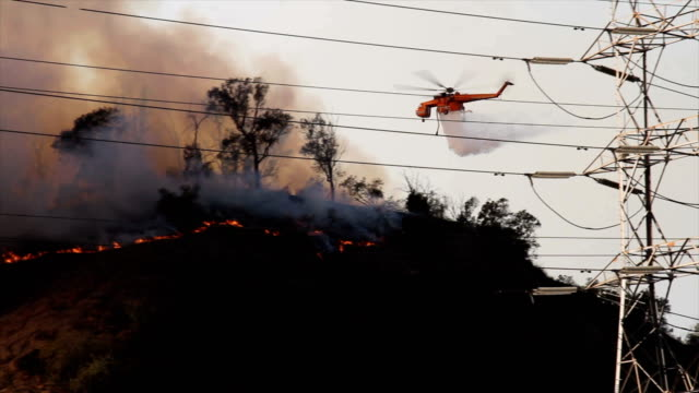 4k video of the wildfire in california as a sky crane drops water on the fire - helikopter filmów i materiałów b-roll
