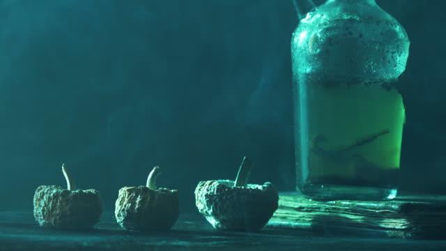 vídeos y material grabado en eventos de stock de 4k video de tres calabazas y botella venenosa para el concepto de halloween - halloween covid