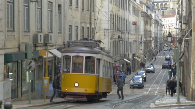 stockvideo's en b-roll-footage met video van de tram in 4k - portugal