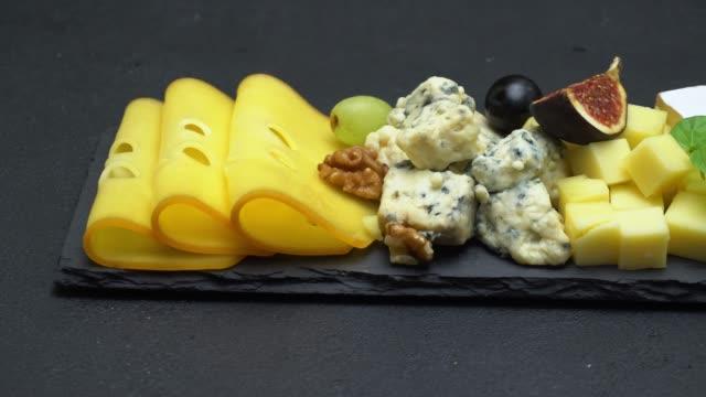video von verschiedenen sorten käse - cheddar, dorblu, brie, parmesan - brie stock-videos und b-roll-filmmaterial