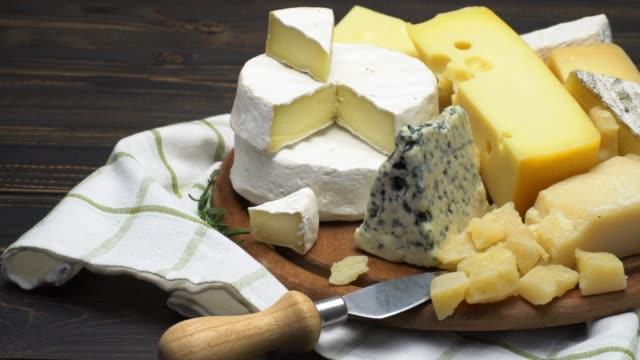video von verschiedenen sorten käse - brie, cheddar, parmesan und roquefort - brie stock-videos und b-roll-filmmaterial