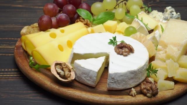 video von verschiedenen sorten käse - cheddar, parmesan, brie - brie stock-videos und b-roll-filmmaterial