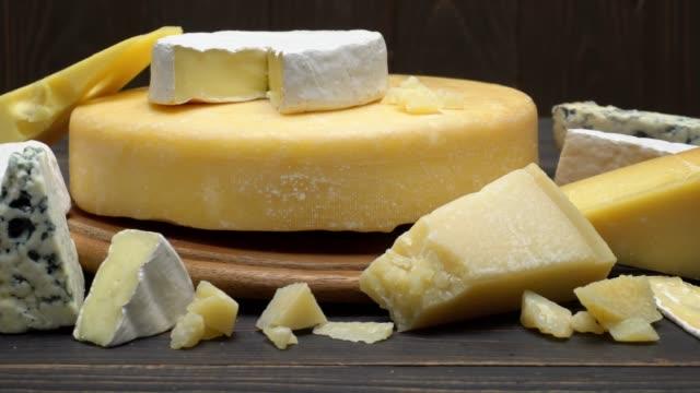video von verschiedenen sorten käse - parmesan, brie, roquefort - brie stock-videos und b-roll-filmmaterial