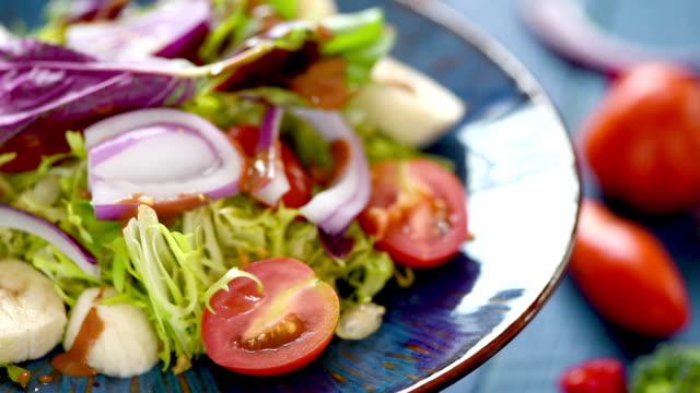 vídeos de stock, filmes e b-roll de vídeo da salada do vegetal e da fruta na placa azul - fruit salad