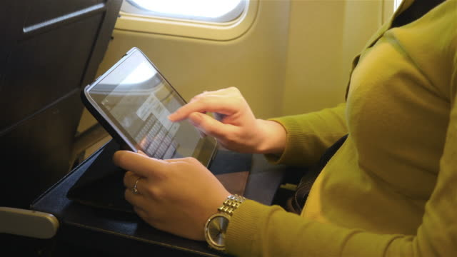 video von einer frau mit tablet in 4 k - schriftrolle stock-videos und b-roll-filmmaterial