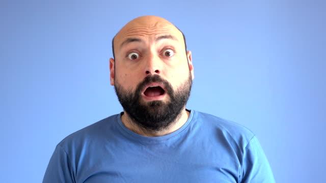 놀란된 성인 남자의 uhd 영상 초상화 - surprise 스톡 비디오 및 b-롤 화면