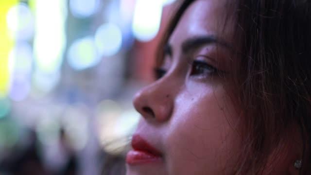 video porträtt av ung latinsk kvinna i natten - endast en ung kvinna bildbanksvideor och videomaterial från bakom kulisserna