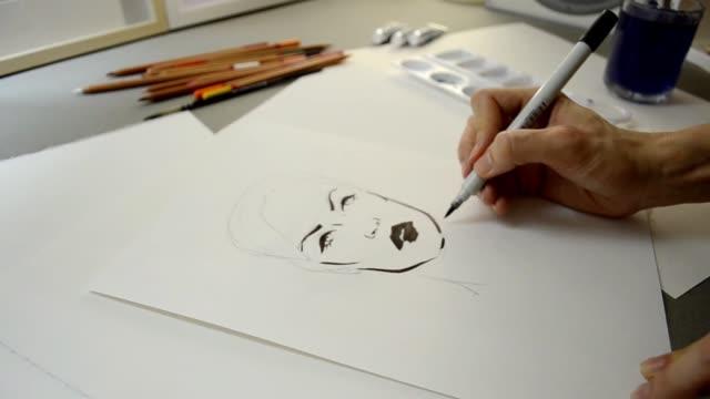 vídeos y material grabado en eventos de stock de proceso video de la pintura de la manera bosquejo cara - bocetos de diseños de moda