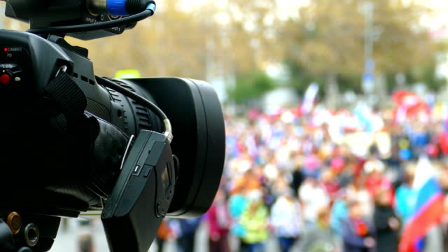 video-reporter in einer festlichen prozession - journalist stock-videos und b-roll-filmmaterial