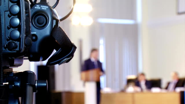 video reporter working at the conference - conferenza stampa video stock e b–roll