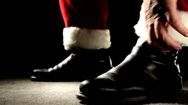 hd video santa claus biker rides bike to deliver gifts - jultomte bildbanksvideor och videomaterial från bakom kulisserna