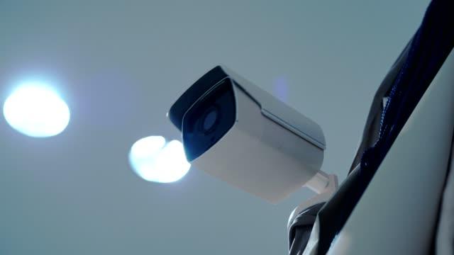 4 k video: überwachungskamera arbeitet. - überwachungskamera stock-videos und b-roll-filmmaterial
