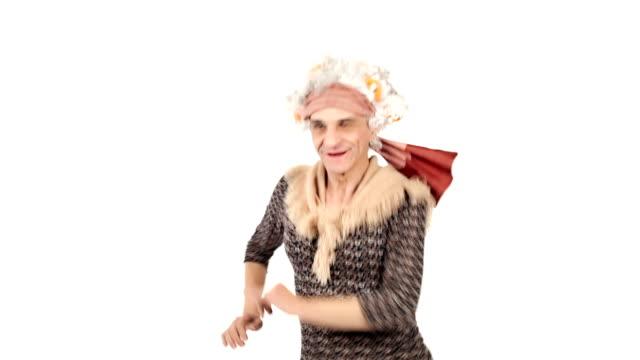 Vídeo HD senior grandma Aislado en blanco baile - vídeo