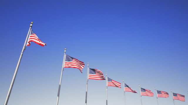 vídeos de stock e filmes b-roll de video shot in washington dc of american flags - monumento