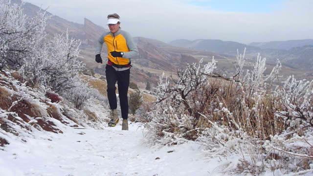 video hd montagne rocciose innevate red rocks trail esecuzione - red rock video stock e b–roll