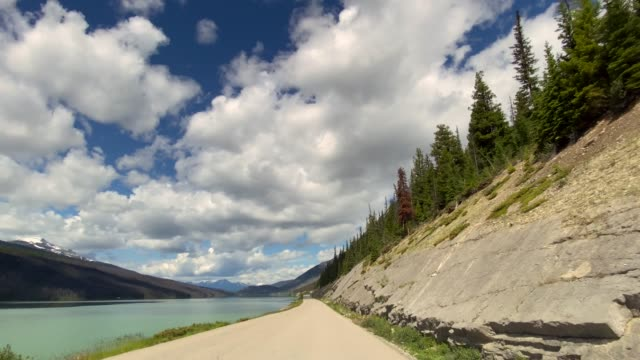 4k pov video timelapse of car driving on empty highway in jasper national park, canada - passo montano video stock e b–roll
