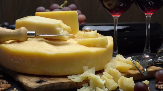vidéos et rushes de ensemble vidéo tour de tête de fromage parmesan ou parmigiano, raisin et le vin - parmesan