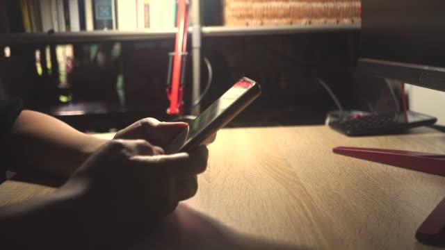 stockvideo's en b-roll-footage met 4k video vrouw hand met behulp van smartphone of tablet om zaken te doen, financieel sociaal netwerk met koffie café natuur achtergrond - uitwisselen