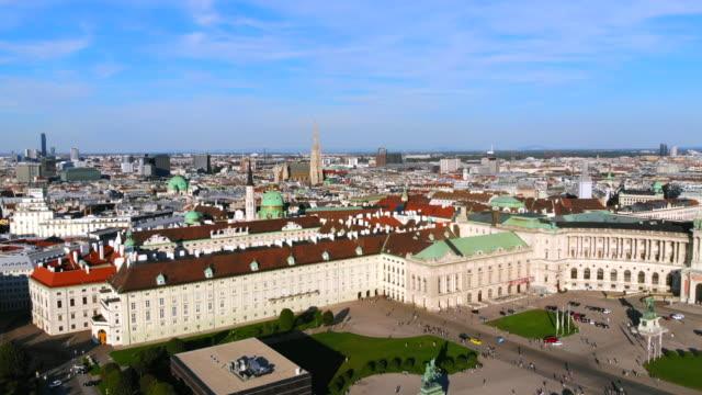vídeos de stock, filmes e b-roll de heldenplatz de viena hofburg aérea biblioteca nacional austríaca - áustria