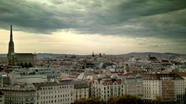 vídeos y material grabado en eventos de stock de vienna city view pan en el centro de schwedenplatz - austria