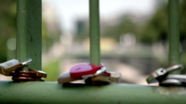 vídeos de stock e filmes b-roll de vienna stadtpark padlocks on bridge - sharpness relocation - slow motion - coração fraco