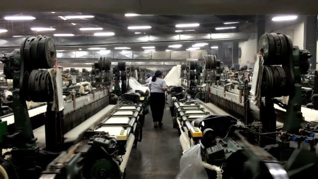 vietnamita stabilimento tessile interno - industria tessile video stock e b–roll