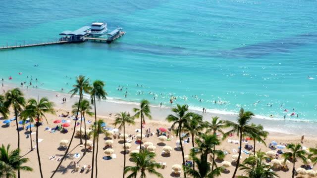 4 k のスローモーションで、ホノルルのワイキキ ビーチに表示します。 - ハワイ点の映像素材/bロール