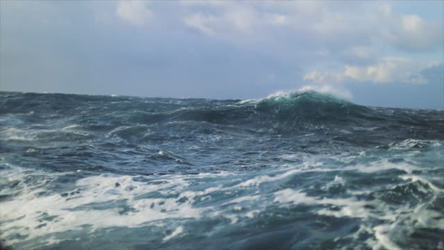 utsikt från en segelbåt av ett grovt stormigt hav: i havet under en storm - tidvatten bildbanksvideor och videomaterial från bakom kulisserna