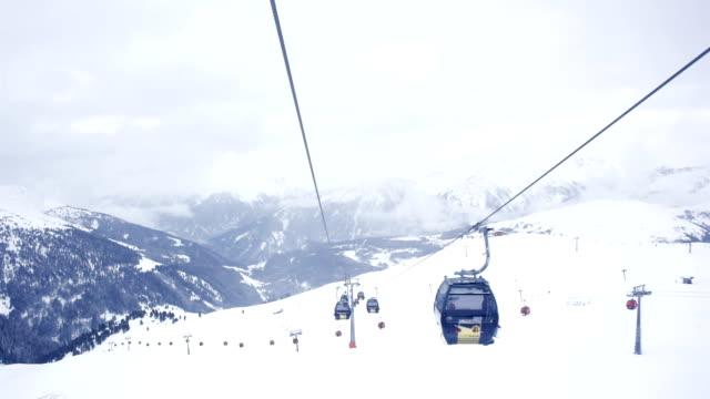 vídeos de stock, filmes e b-roll de vista do teleférico sobre uma montanha nevada - tyrol state austria