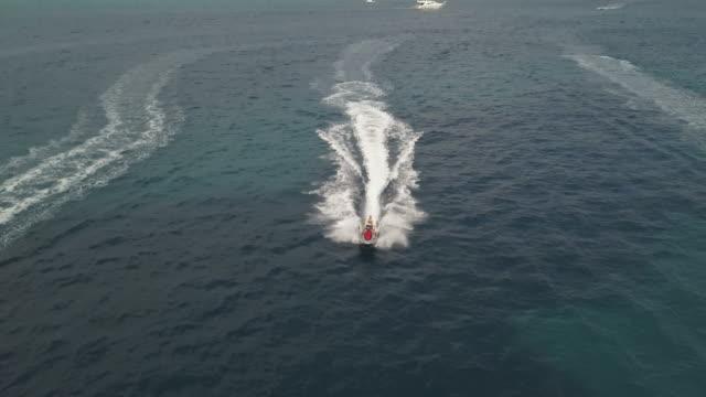 jet himmel vy från ovan av drone 4k - turistbåt bildbanksvideor och videomaterial från bakom kulisserna