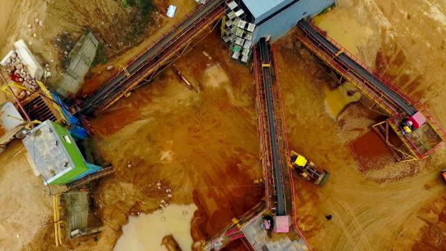 visa ovanifrån grävmaskin loader i sand stenbrottet. dumper lastbilar med gods sand - excavator bildbanksvideor och videomaterial från bakom kulisserna