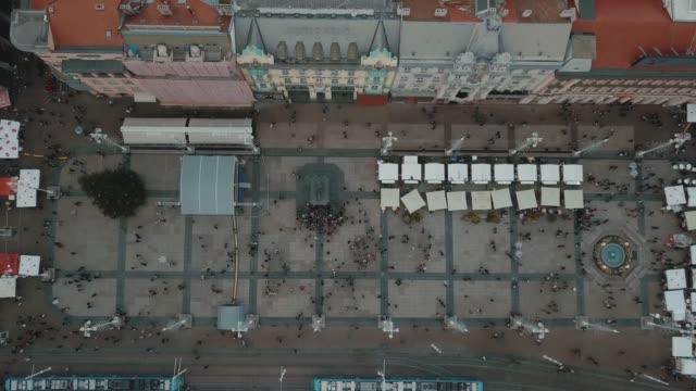 從上面可以看到札格雷布主廣場上的傑拉契奇, 背景是藍天。禁令雕像喬西普·耶拉契奇。 - 廣場 個影片檔及 b 捲影像
