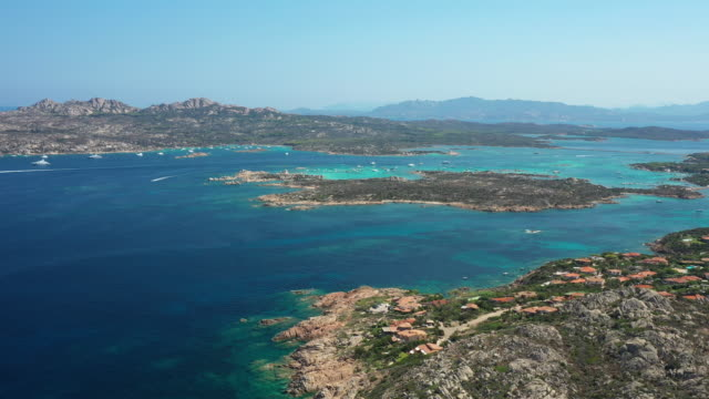 vidéos et rushes de vue d'en haut, vue aérienne imprenable sur le parc national de l'archipel de maddalena avec quelques îles entourées d'une belle mer turquoise, île de caprera au loin. sardaigne, italie. - bretagne