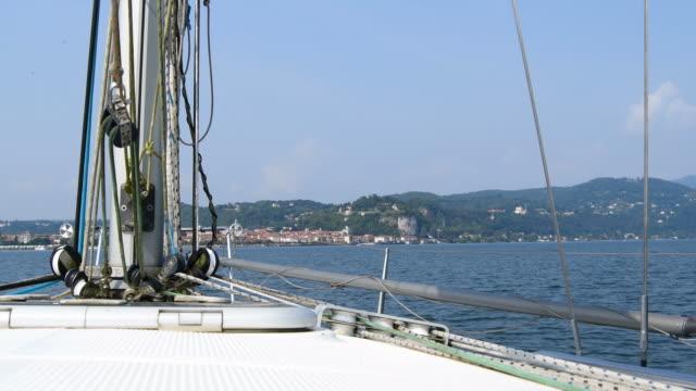 vídeos de stock e filmes b-roll de view from above the sailboat on lake maggiore in italy - lago maggiore