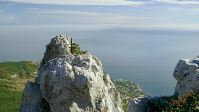 blick von ai-petri ist ein gipfel in den krim-bergen. panorama der schwarzmeerküste und jalta. krim. 4k - religiöses symbol stock-videos und b-roll-filmmaterial