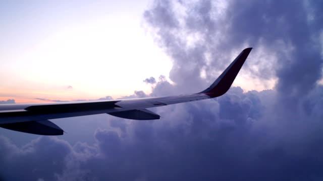 vídeos de stock, filmes e b-roll de vista de slo mo de avião com asa em câmera lenta - voando