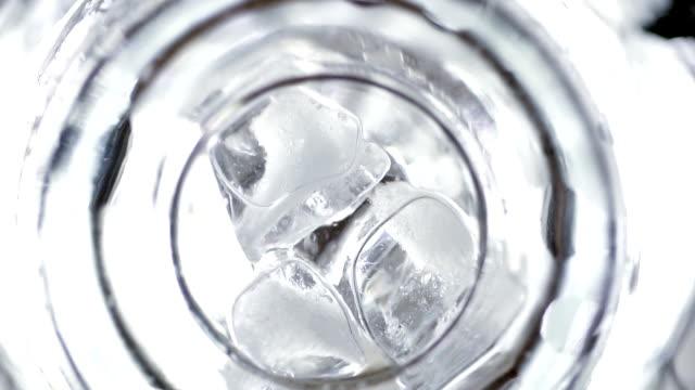 göster altından, ağır çekim, dilim limon, dökülen soda su ve cam içine buz küplerini koymak - küp buz stok videoları ve detay görüntü çekimi