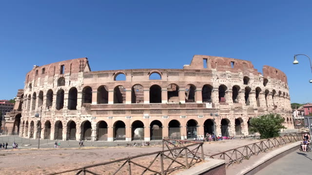 vídeos de stock e filmes b-roll de 4k: view  from driving past the colosseum in rome, italy - stabilized shot