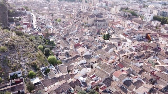 i̇spanya'nın xativa kasabasındaki roma katolik bazilikası'nın drone'undan manzara - gazlı bez stok videoları ve detay görüntü çekimi