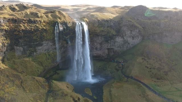 widok z latającego drona. wspaniały wschód słońca wodospadu seljalandsfoss w islandii, europa. piękno natury koncepcji tła. - mountain top filmów i materiałów b-roll