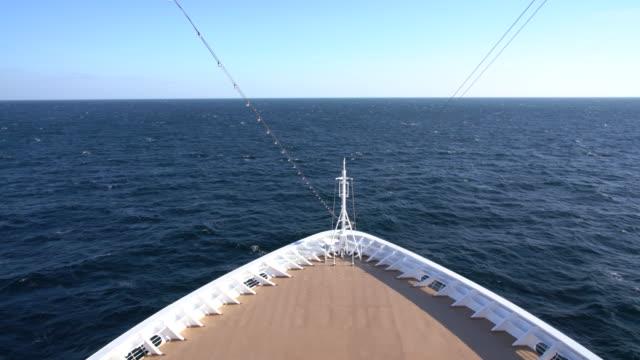 vídeos de stock e filmes b-roll de view from front of cruise ship into the waves and the destination - transatlântico