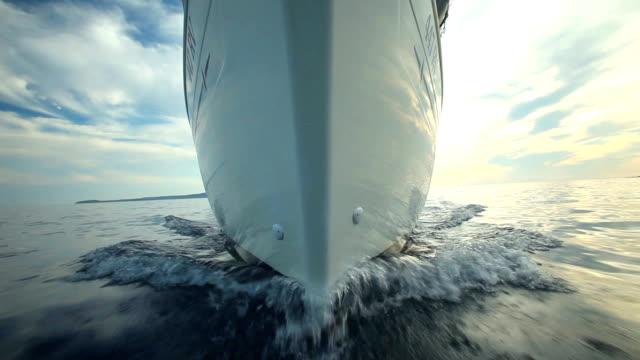 前からの眺めのボートの移動 ビデオ