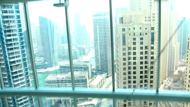 Blick vom gläsernen Aufzug mit Blick auf Dubai, Vereinigte Arabische Emirate – Video
