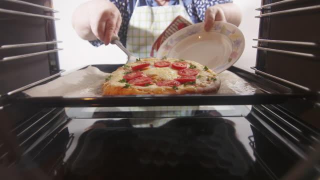 オーブンの中からの眺め。天板にイタリアにピザを焼いた。 ビデオ