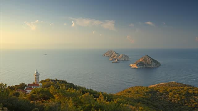 utsikt från lykiska vägen till medelhavet, öar och ljus hus. tidsinställd - stenhus bildbanksvideor och videomaterial från bakom kulisserna