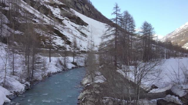utsikt från utsidan fönster av tåg medan till zermatt, schweiz - wengen bildbanksvideor och videomaterial från bakom kulisserna
