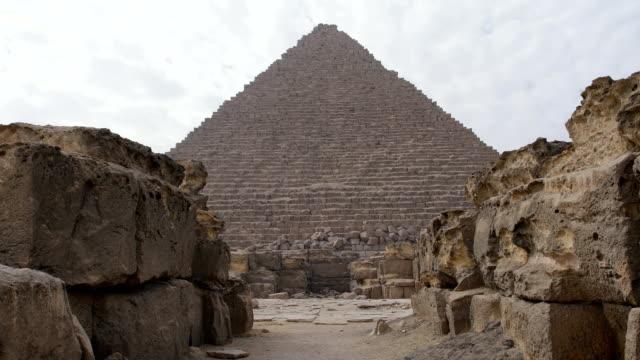 utsikt från ruinerna av giza pyramiderna i egypten. vi kan se moln på himlen ovanför hela monument. - pyramidform bildbanksvideor och videomaterial från bakom kulisserna