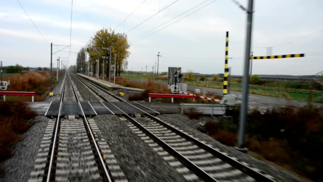 widok z tyłu ruchu pociągu - intercity filmów i materiałów b-roll