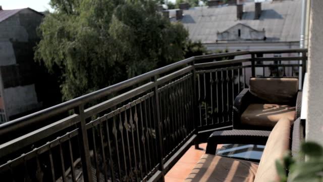 バルコニーから中庭を見る - デッキ点の映像素材/bロール