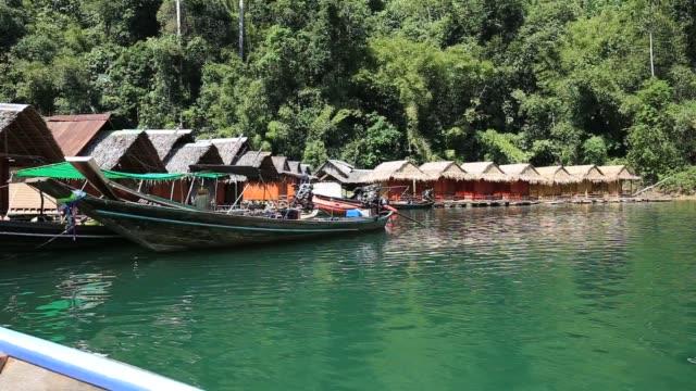utsikten från båten på natursköna reserven och sjön i khao sok i thailand på en solig dag - provinsen phuket bildbanksvideor och videomaterial från bakom kulisserna